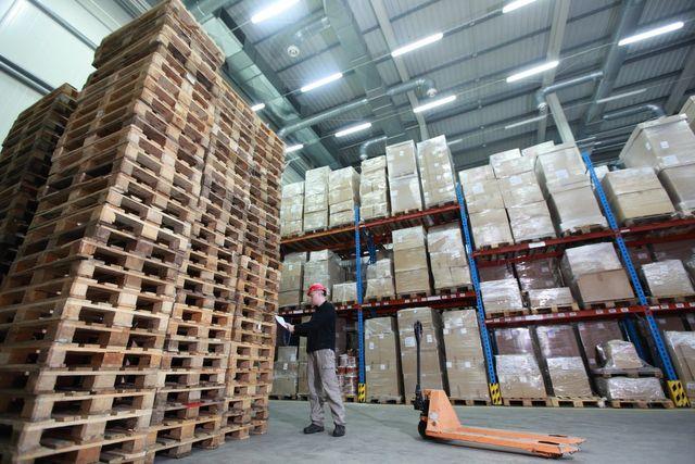 pila di imballaggi in legno con macchinari