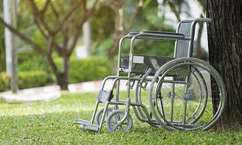 sedia a rotelle vuota parcheggiata nel parco