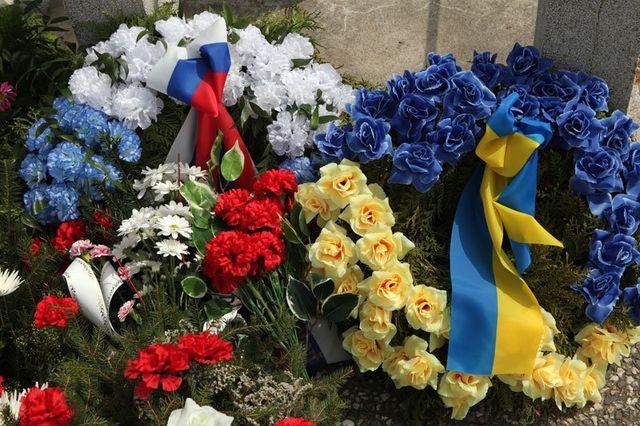 bouquet di fiori colorati con le bandiere di Svezia e Ucraina