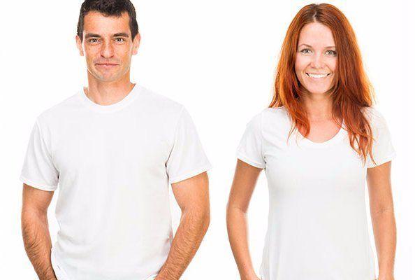 giovane e la ragazza in magliette bianche isolato su sfondo bianco