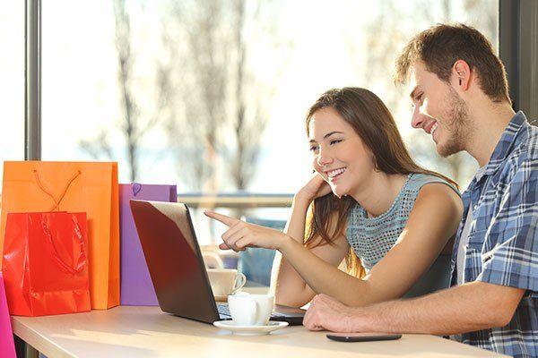 Coppia di acquirenti con borse della spesa acquisti online