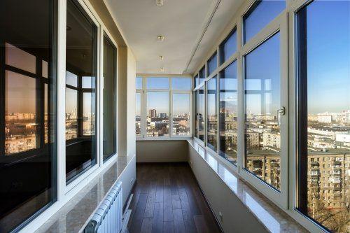 un corridoio e vista delle finestre da entrambi i lati