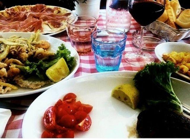 Piatti di fritti di pesce, piazza al prosciutto e verde presso Ristorante da Roberto a Rimini