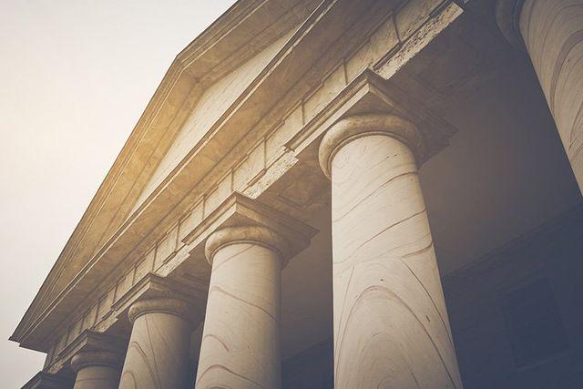 vista di un monumento antico con delle colonne