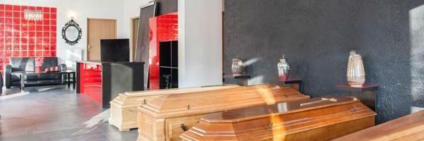 una sala con delle casse da morto in esposizione