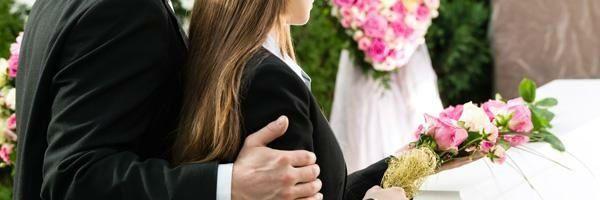 un uomo che tiene il braccio di una donna con un mazzo di fiori in mano