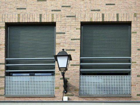Sistema di sicurezza anti cadute di barre e di lastre metalliche nelle finestre