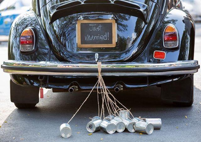 macchina decorata per un matrimonio