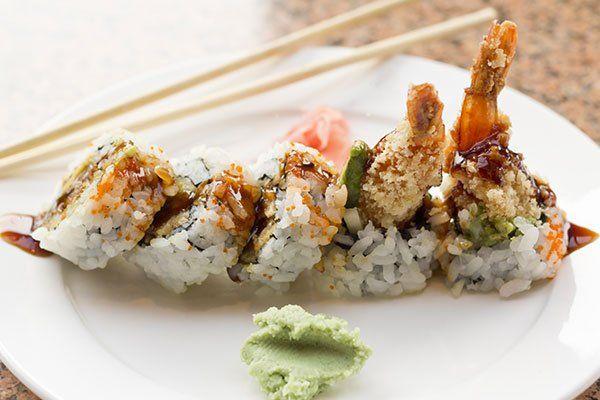 Sushi di salmone e gamberetti con un tocco di wasabi
