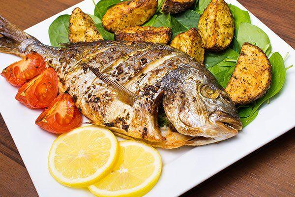 Pesce alla griglia con patate fritte