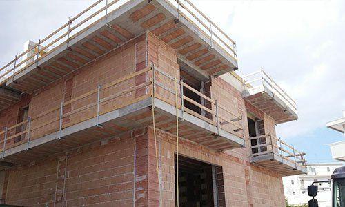 uno stabile in costruzione con mattoni a vista