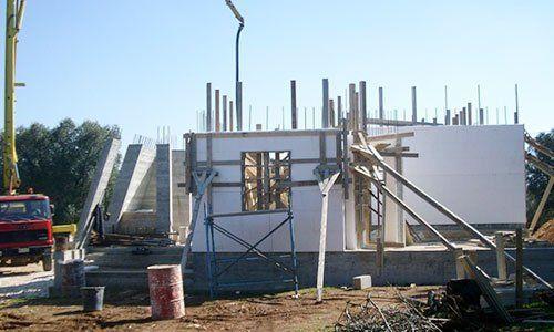 un piccolo stabile in costruzione con vista delle travi in legno