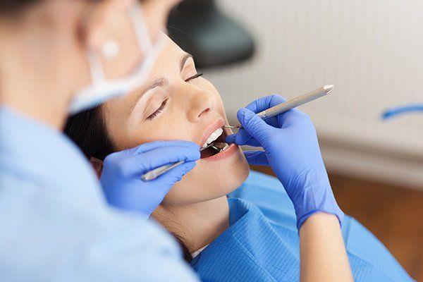 Dentista riparando il dente