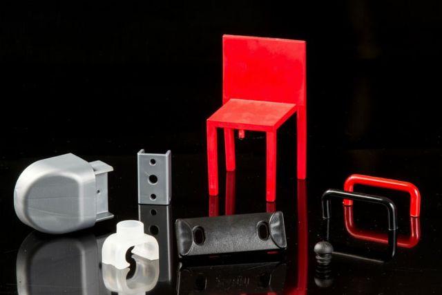 oggetti in plastica di varie forme, colori e dimensioni