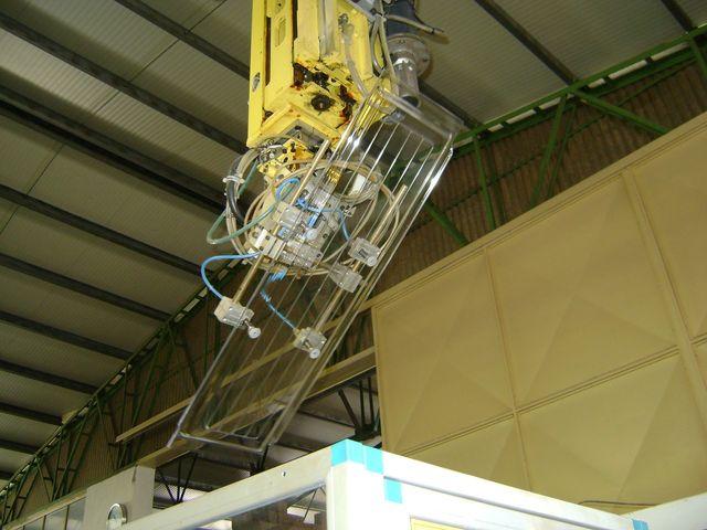 operaio in uniforme al lavoro ad una macchina industriale di stampaggio plastica