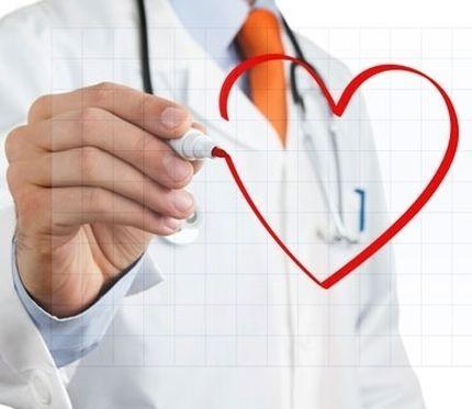 un medico disegna un cuore con un pennarello rosso