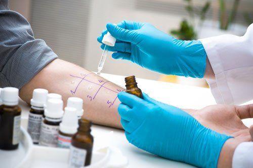 medico esegue trattamento su braccio di un paziente
