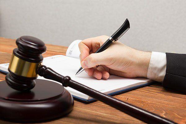 Notaio documento firma del pubblico sul posto di lavoro