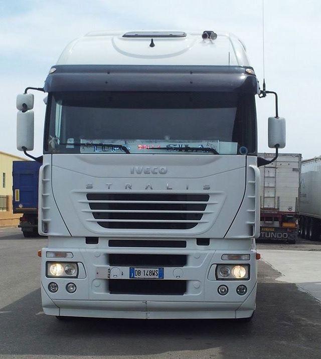Camion Bianco Iveco e gru blu in un cantiere