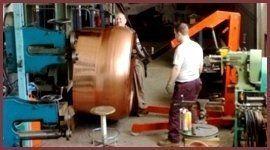 artigiano durante la lavorazione di rame