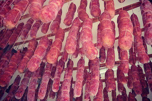 Salami appesi con dei cordini