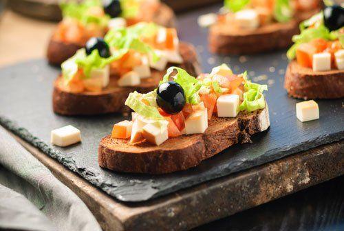 bruschette con olive nere,formaggio e pomodori