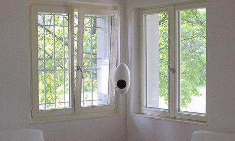 delle finestre bianche apribili in due direzioni
