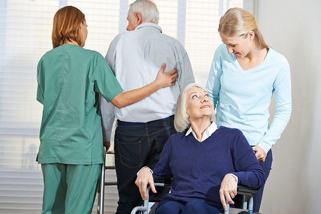 Donne che danno assistenza a persone anziani in una casa di cura