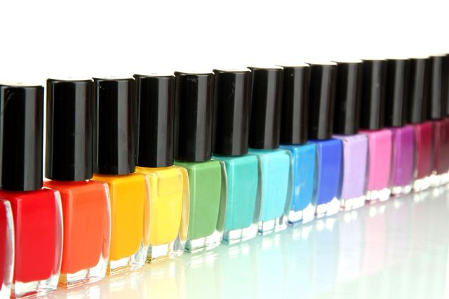 Smalti in tutti i colori dell'arcobaleno disposti in fila