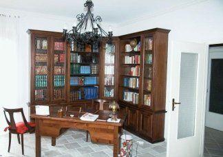 Libreria ad angolo in tiglio, libreria in tiglio, libreria con ante