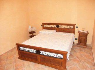 Armadio in noce e struttura letto in ferro battuto, struttura letto, letto in ferro battuto
