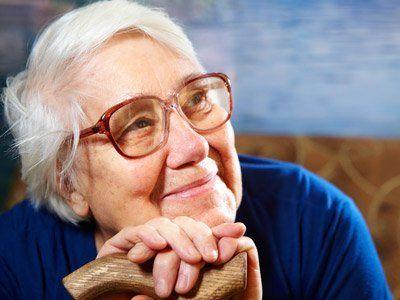 Anziana con gli occhi sorridendo a Milano