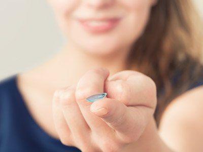 La lente sul dito di una donna a Milano