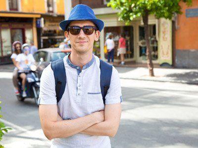 Giovane ragazzo con gli occhiali da sole a Milano