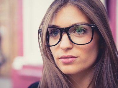 Donna bella con gli occhiali a Milano