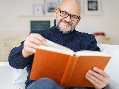 Uomo con gli occhiali da vista leggendo un libro a Milano
