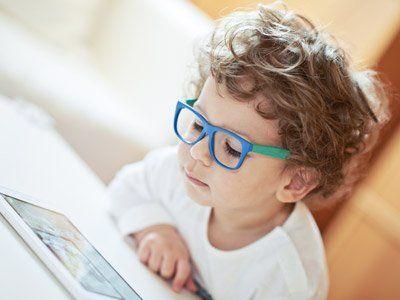 Bambino con gli occhiali a Milano