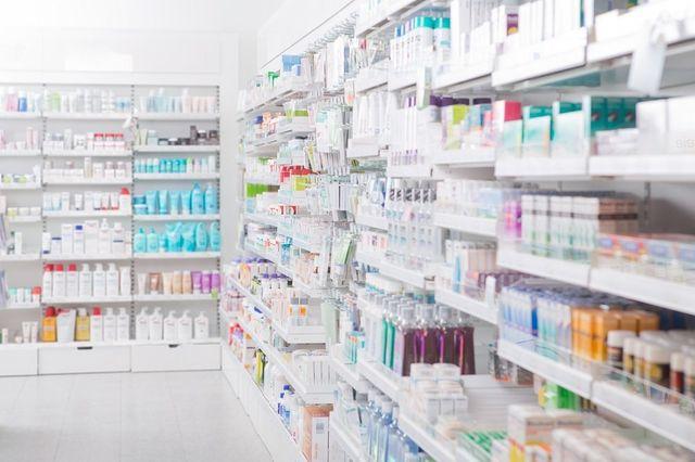 Scaffali di una farmacia con cosmetici e medicinali