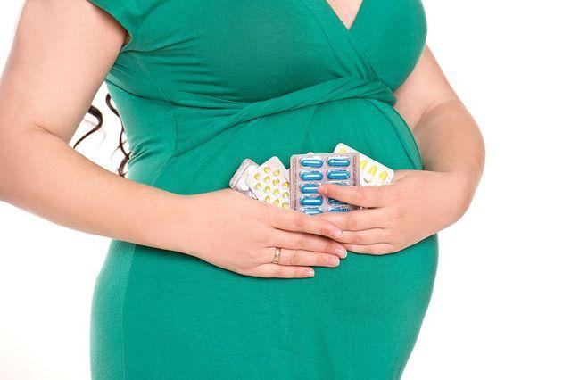 Donna incinta con medicinali omeopatici