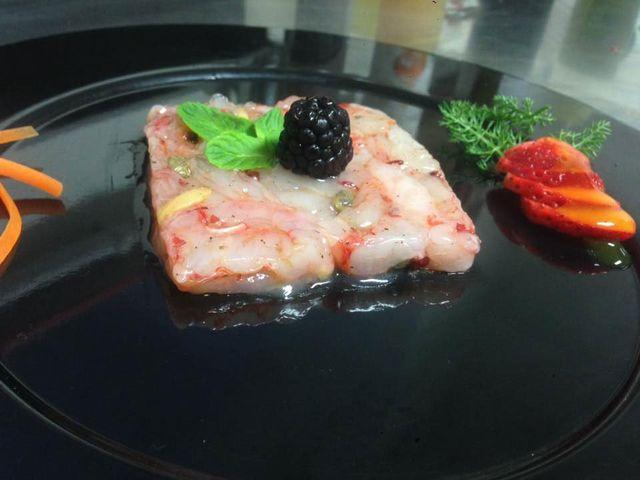 un piatto a base di pesce con dei frutti di bosco