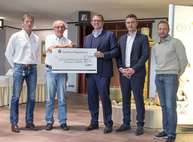 von links: Gerhard Höppe (Head of Procurement), Josef Mühlbauer (CEO Mühlbauer Group), Wolfgang Doll und Alexander Schmidgal(Geschäftsführung Papier LIEBL/ LIEBL SYSTEMS), Dirk Grimm (Mühlbauer Group)