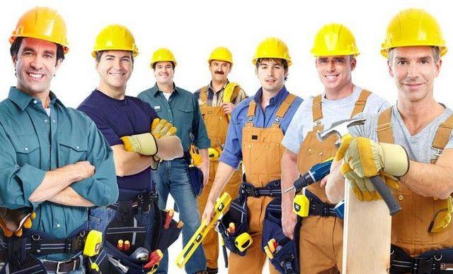 team di lavoratori con elmetto giallo antinfortunio