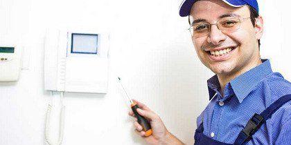 Elettricista a lavoro con un cacciavite in mano