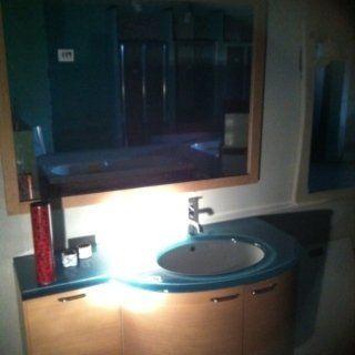 Mobile bagno sospeso con piano in vetro turchese