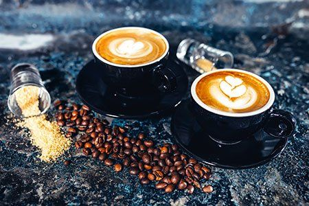 Latte art su caffè espresso. Caffè nero servito in bar