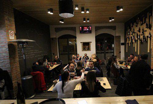 ristorante con clienti seduti ai tavoli