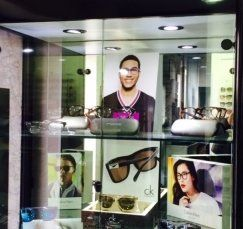 occhiali presso il negozio di ottica
