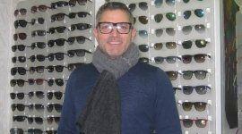 uomo davanti espositore per occhiali