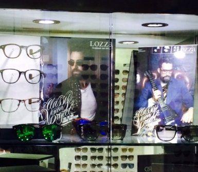negozio di ottica con immagine di ragazza