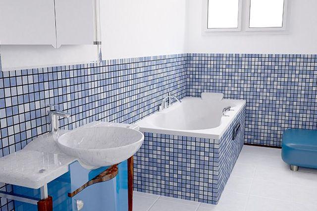 Bagno con piastrelle blu e bianche
